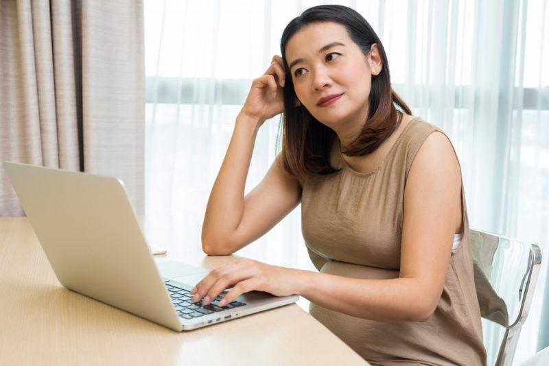 Ibu Hamil Bekerja Sebagai Penerjemah