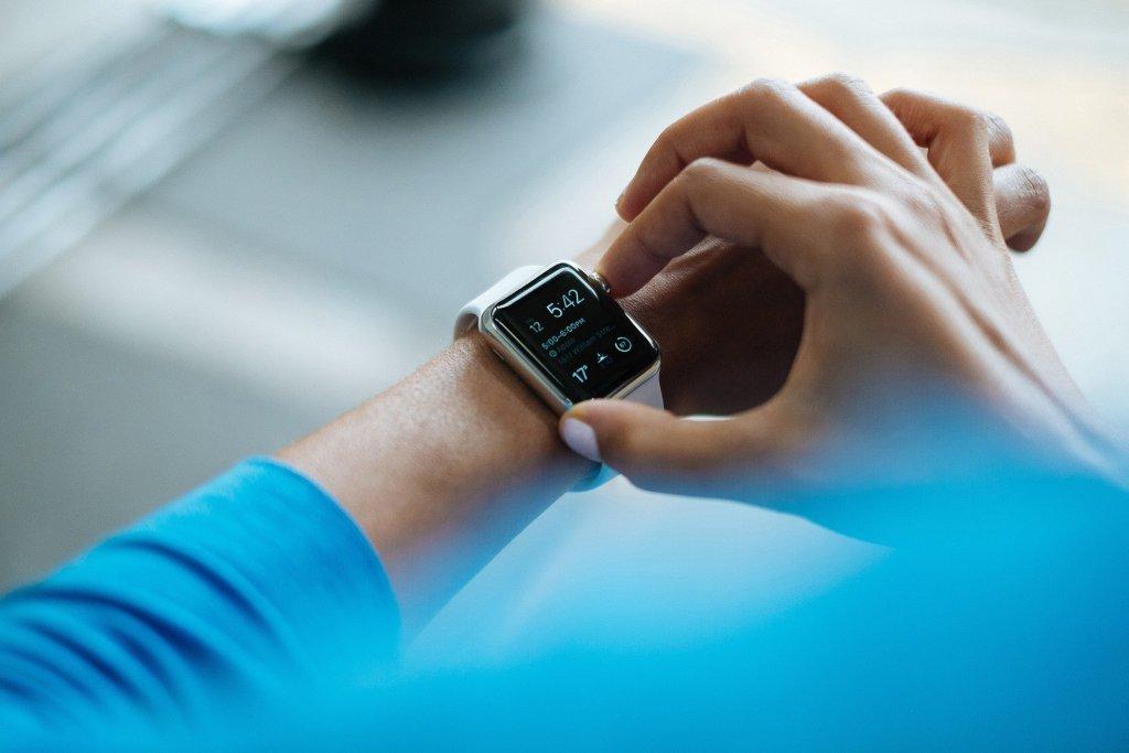 Pessoa configurando seu smartwatch.