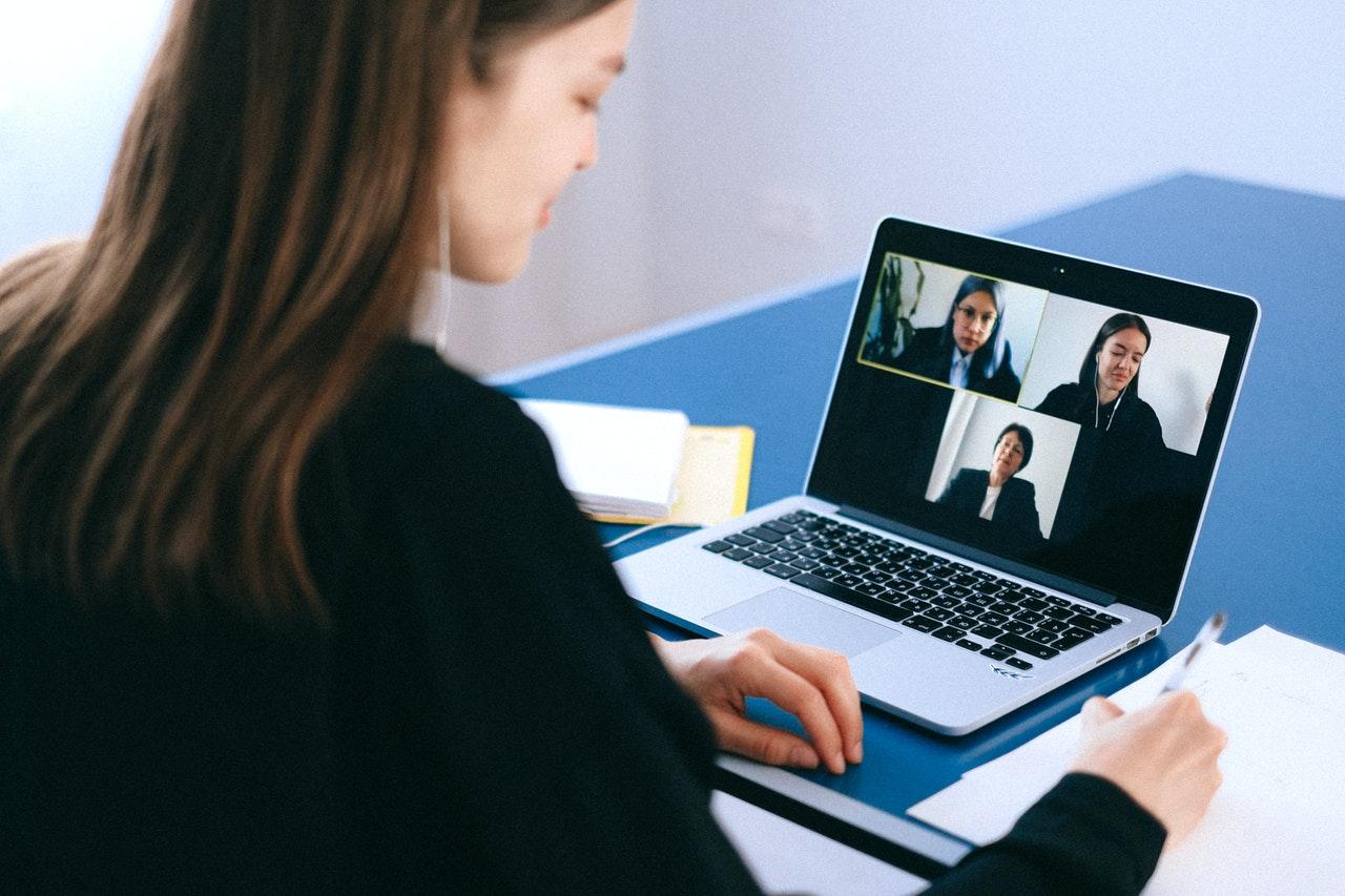 Mulher participando de reunião online.