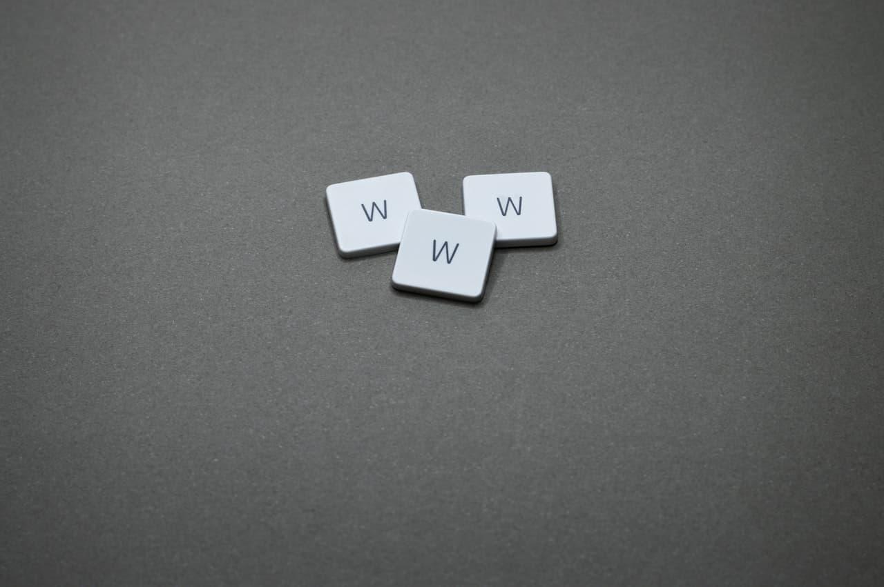 3 peças em uma mesa cada uma com a letra W.