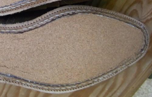 Ici un garnissage réalisé avec une plaque de liège découpée à la forme de la chaussure