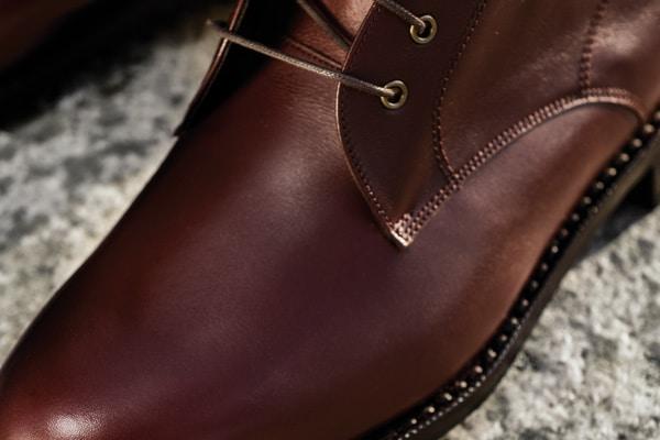 Celui la est nouveau: un cuir gras marron / bordeaux (comprendre qui contient des reflets rouges)