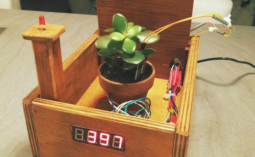 Plante connectée avec capteur d'humidité, écran digital et LED d'avertissement