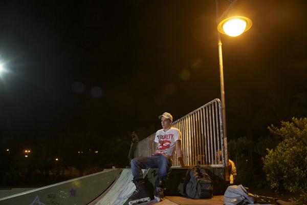 skateboarders-waiting