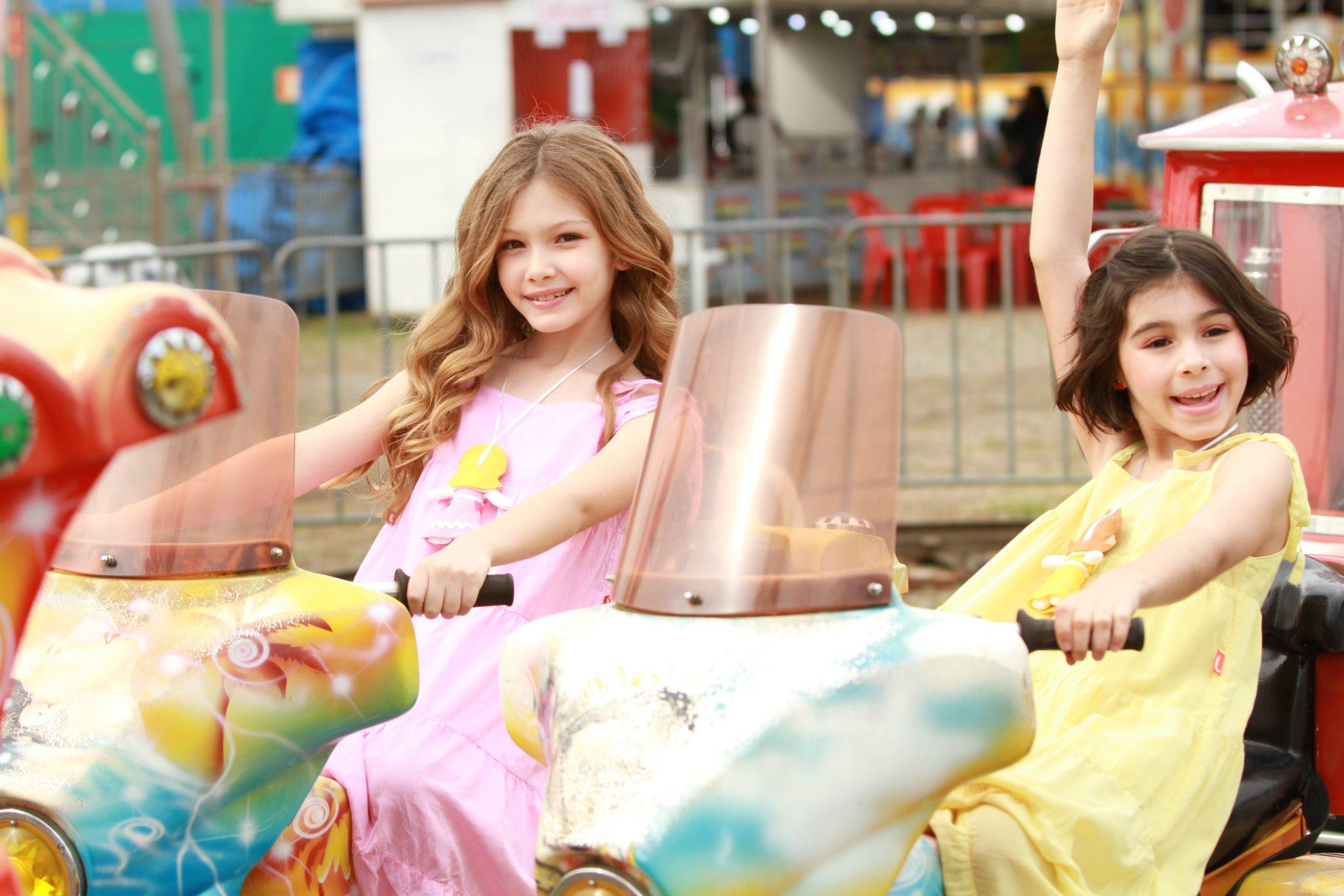 São Paulo para crianças - Duas meninas, uma ruiva de cabelo comprido e uma de cabelo escuro curtinho em um brinquedo de parque