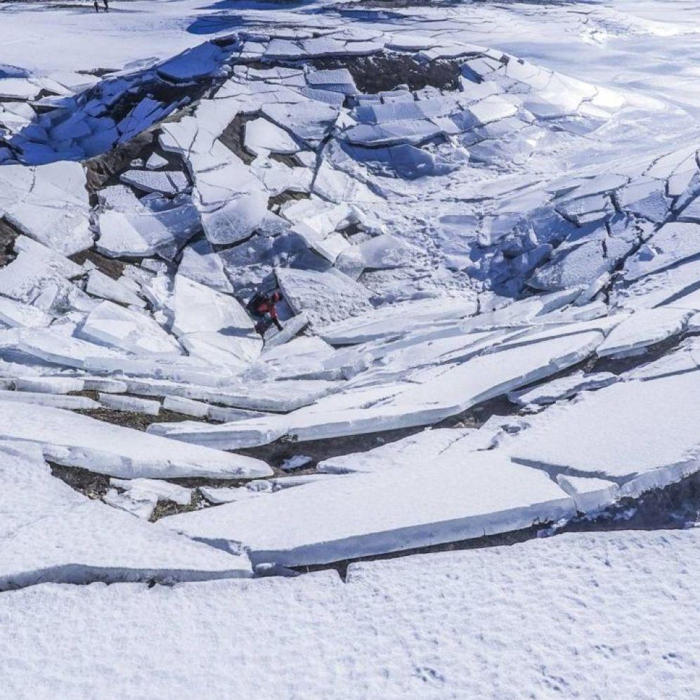 Cerkniško jezero - požiralnik Rešeto pozimi v ledu