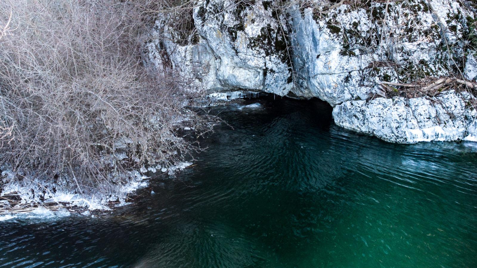 Mala Karlovica - vhod v jamo - visok vodostaj