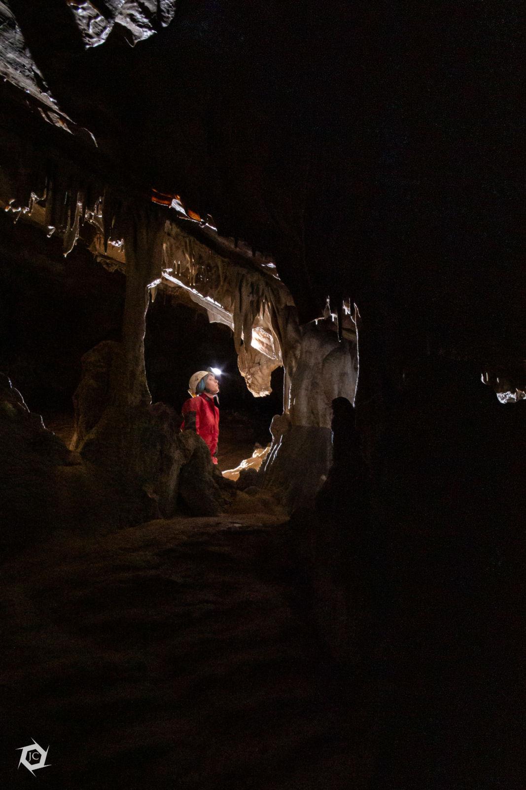 Ana med kapniškim okrasjem v Stoti jami