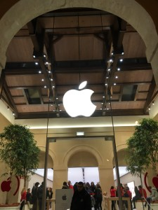 Apple Store Marché St-Germain 内装もいい感じ✨