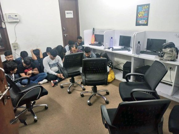 A PhD in HRM, 2 BTech & 2 others, totaling five, arrested from Gurugram by CyPAD Unit of @DelhiPolice for running a high-end job scam. Targeted highly skilled professionals, luring them of senior positions such as CEO, VP, etc Cheated over 500 of ₹7.5 Crore.