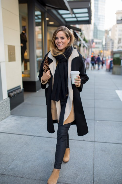 Super position manteau noir et manteau plus fin beige