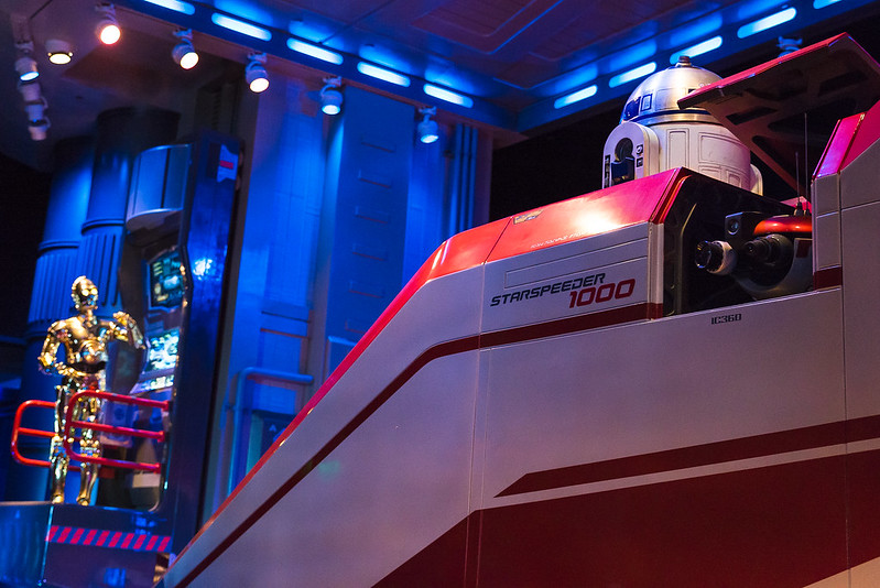 Image of C3P0 viewing R2D2 on the Starspeeder 1000.