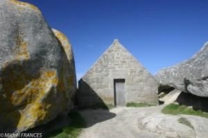 L'entrée du corps de garde au milieu des rochers