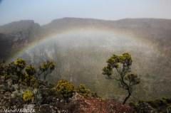 Un arc-en-ciel tente de s'échapper du cratère Commerson