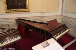 Dans le petit musée des instruments de musique, un clavecin