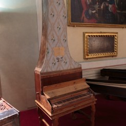 Un clavecin vertical autrement dénommé un clavicythérium ! Instrument fort rare.