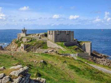 Le phare de Kermorvan existait en 1855, le fort a été construit plus tard sur l'emplacement d'anciennes fortifications de Vauban. Le blockhaus est encore plus récent ...