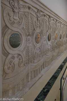 Les panneaux du décor imitent des tentures