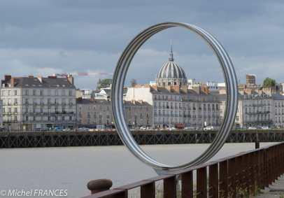 Les anneaux de Buren le long du quai des Antilles