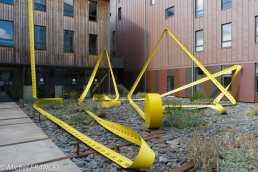 Le mètre à ruban, œuvre très sympathique de Lilian Bourgeat dans la cour d'un immeuble de bureaux