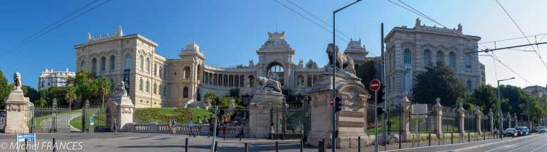 Le Palais Longchamp abrite le musée des Beaux-arts sur la gauche et le muséum d'histoire naturelle à droite