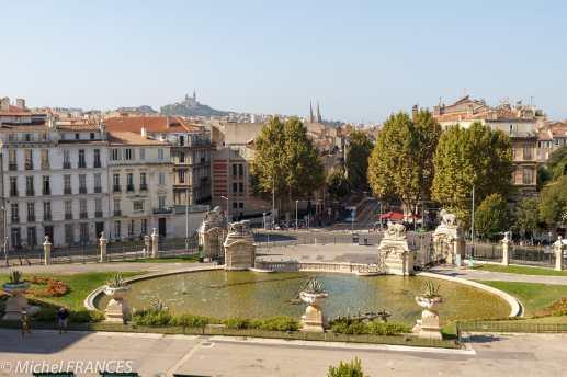 Devant le palais Longchamp