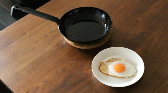 黄身は半熟、白身のフチはカリカリ!鉄フライパンでつくる定番の目玉焼き