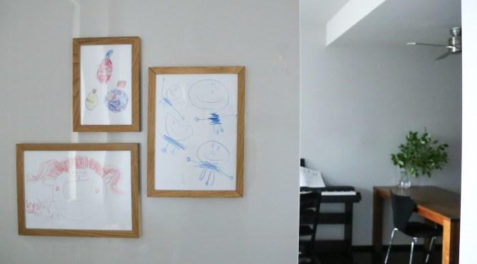 子どものお絵描き作品をフレームぴったりに収めて飾るには?