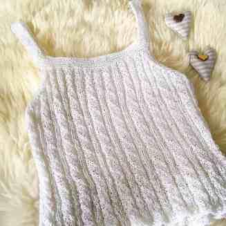 ein weißes strick oberteil
