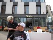 Gustav hat guten Kuchen und Kaffee