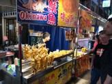 Nachtmarkt mit frittiertem Tintenfisch