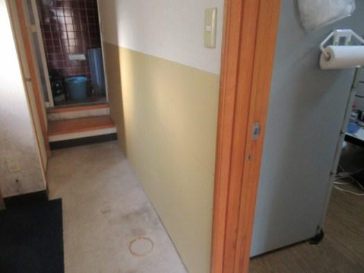 白アリ被害で壁剥ぎ、ボード張り