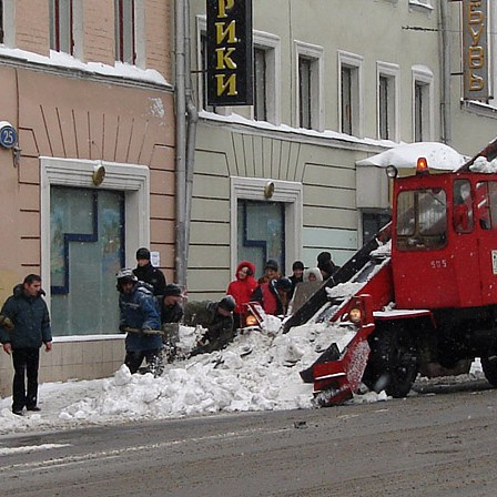 Half mechanical snow cleaning up (Полумеханическая уборка снега)