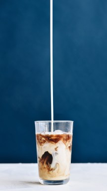 Iced_Coffee_Pour_studio