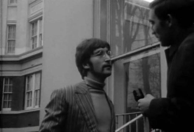 Entrevista de John a las puertas de EMI