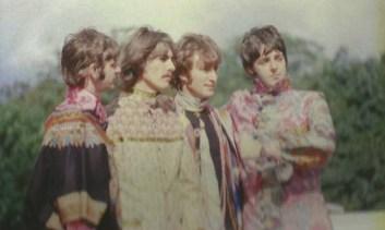 Esta foto está tomada durante la grabación del video I am the Walrus. Si recordáis las imágenes, así como la foto que aparecía en el libreto del álbum Magical Mystery Tour, Faul iba descalzo.