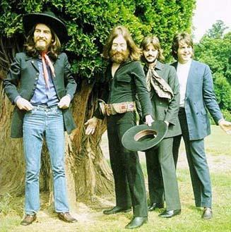 """Ante ustedes """"Paul McCartney"""", el increíble hombre menguante. Ringo Starr jamás fue igual de alto que Paul. Aquí, además, se pueden ver los pies y el terreno que pisan. La inclinación del mismo no justifica tamaña maravilla."""