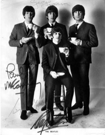 Ringo (aquí, sentado) era el más bajito, diferencia que se apreciará en todas las imágenes de los Fab Four, ya sea antes o después de 1966. Por eso para hacer comparaciones, nos servirán mejor las de John, George y Paul ya que, como se puede apreciar en la foto superior, tenían una estatura similar.