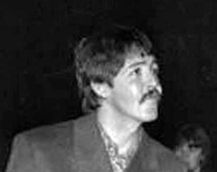 """Primera aparición, noviembre del 66, a las puertas de los estudios de grabación. Ceja larga, totalmente recta, caída, incluso demasiado en su extremo. En seguida veremos otras imágenes en las que se aprecia mejor, pero ésta, por ser la primera vez que se mostró William en público como """"Paul McCartney"""", me pareció interesante incluirla."""