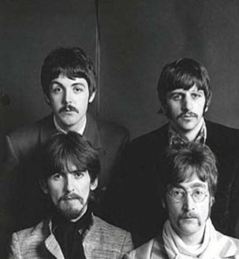 Primera sesión oficial de fotos de los Beatles con Faul, enero del 67. La ceja, efectivamente, está levantada, pero… ¿no es un poco exagerado? ¿No parece que le estén tirando con un hilo de ella? ¿Paul la tenía así? ¿Otra manipulación? Tenedla en la mente, y sigamos: