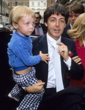 Un Faul ya más madurito, y muy logrado. Ese debe de ser el pequeño James, al que al parecer se les olvidó quitarle el pijama para ir al evento. Eso sí, Faul no olvidó su flor roja en la solapa.