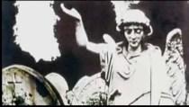 Pero hay más: en el video de Coulson aparece esta imagen, también de un cementerio. La estatua de un ángel que alza su mano derecha con la palma hacia arriba.