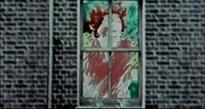 """Cuando la canción dice """"Sin volver a ver nunca a nadie agradable como tú. Tú, mamá, tú, mamá"""", aparece esta mujer en una ventana. Aquí tenemos la influencia que Coulson reconoció haber tenido de Yellow Submarine. El estilo de la figura, el cambio psicodélico de colores… La mujer además parece estar gritando. Da la sensación de estar encerrada también y estar pidiendo auxilio."""