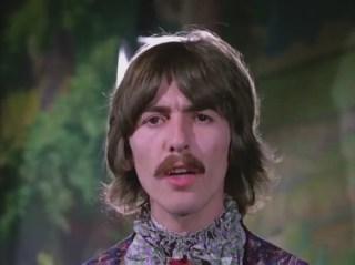 1:12, una vez más George es el que menos sonríe de todo el video.