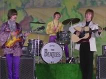 2:12 De nuevo la escena de los 3 Beatles. Recurrente, al parecer. Se mantiene hasta 2:19, siete segundos. Pero justo antes de cambiar: