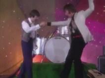 John y Faul se saludan y aprovechan para bailar