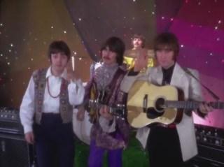 """Faul y John diciendo """"adiós"""" con un George muy """"feliz""""."""