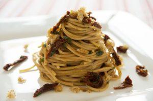 spaghetti-di-kamut-con-alici-pomodori-secchi-e-briciole-di-pane-saltato-1100x730