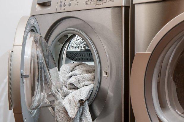 Nettoyer le masque dans la machine à laver à l'eau chaude et un détergent régulier.