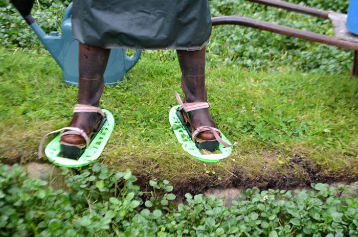 La tenue du cressiculteur : des bottes, des raquettes pour marcher sur l'eau, un grand tablier et un couteau.